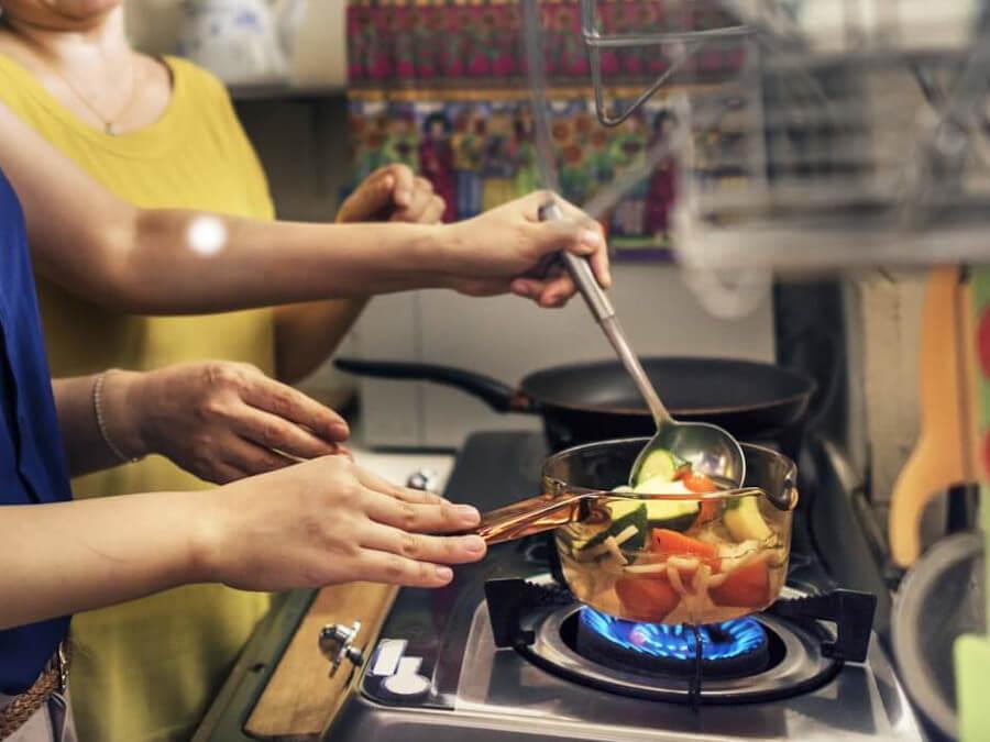 料理を作る2人の女性