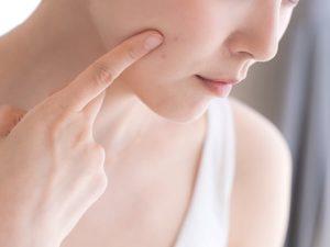 人差し指で肌に触れる女の人